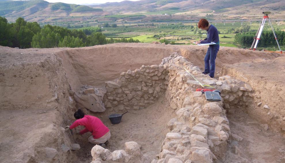 Imagen de una de las campañas de excavación en La Mora Encantada, donde se han hallado carbones y restos cerámicos.