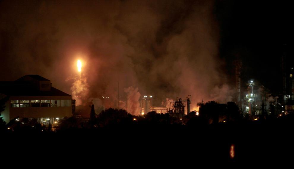 Una fuerte explosión en una industria del polígono sur de Tarragona, en el término municipal de La Canonja, ha originado un incendio de grandes dimensiones en plena zona petroquímica