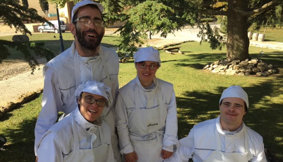 Los cuatro jóvenes de Down Huesca que elaboran croquetas con el equipo de Carmelo Bosque