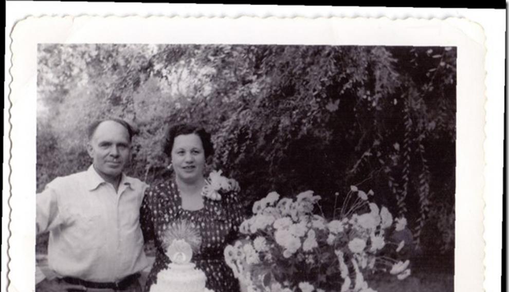 Un emigrado de La Puebla de Valverde, con su esposa en Exeter (California).