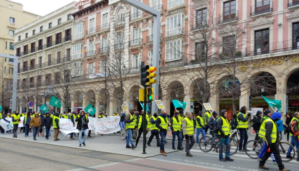 La manifestación convocada por FCC baja el paseo de la Independencia.
