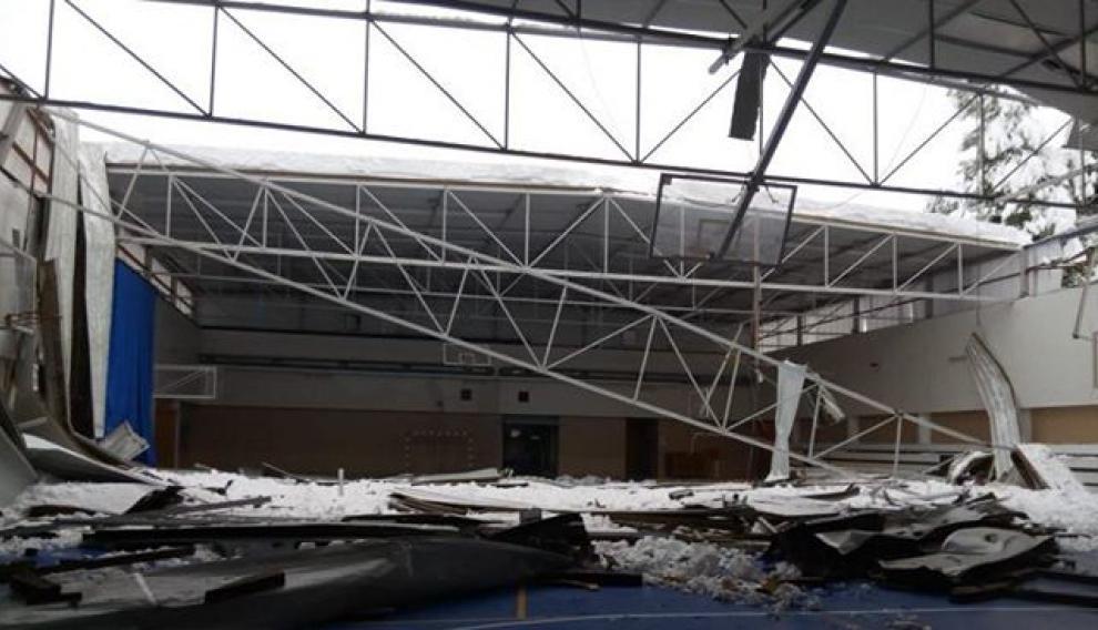 La acumulación de nieve ha provocado el hundimiento de la cubierta del pabellón deportivo en Valderrobres.