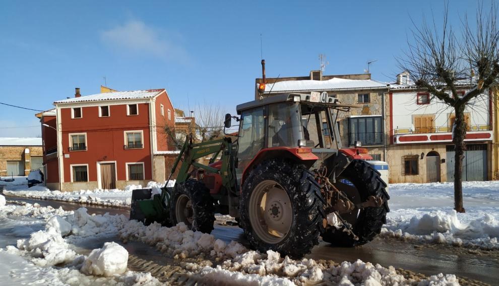 Varios vecinos de Used despejan las carreteras con tractores y palas.