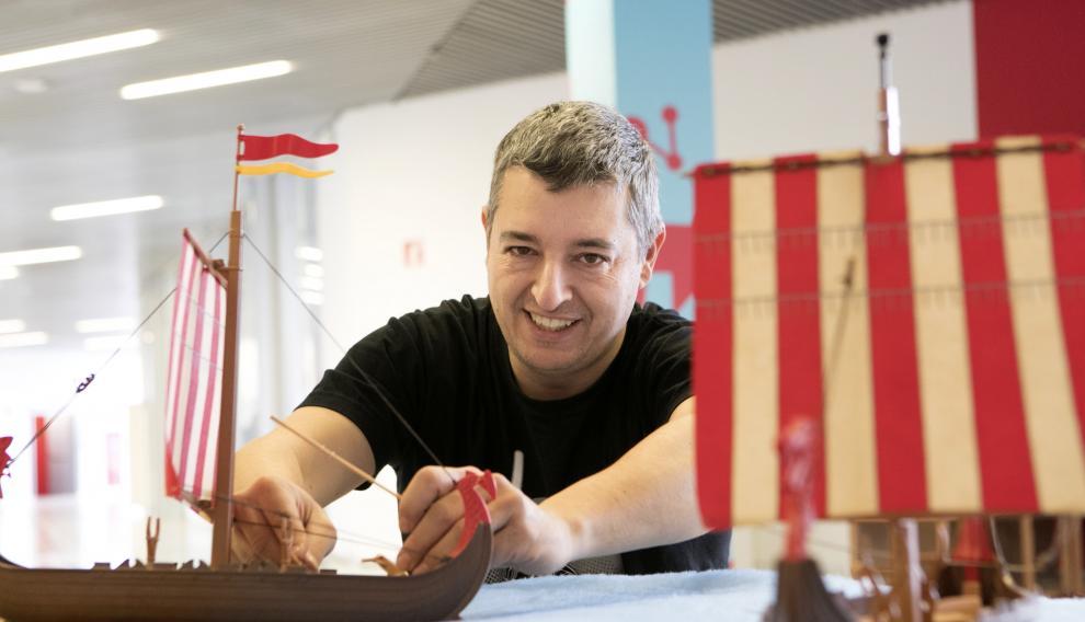 Jesús Ruesca con dos barcos vikingos de Playmobil durante el montaje de la exposición.