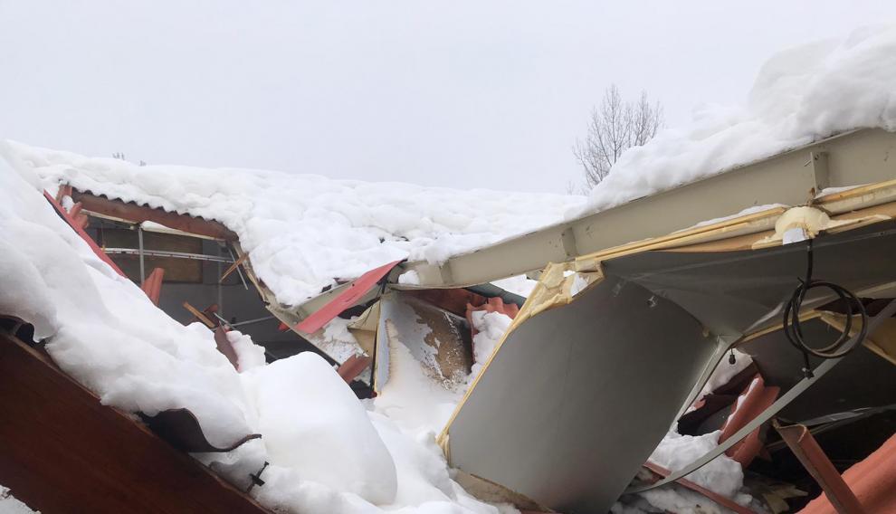El peso de la nieve ha hundido el tejado y la cubierta de muchas naves agrícolas y ganaderas en la zona.