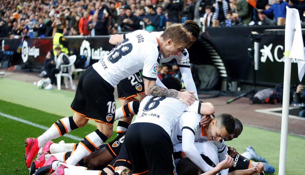 Los jugadores del Valencia celebra un gol de Maximiliano Gómez ante el Barcelona