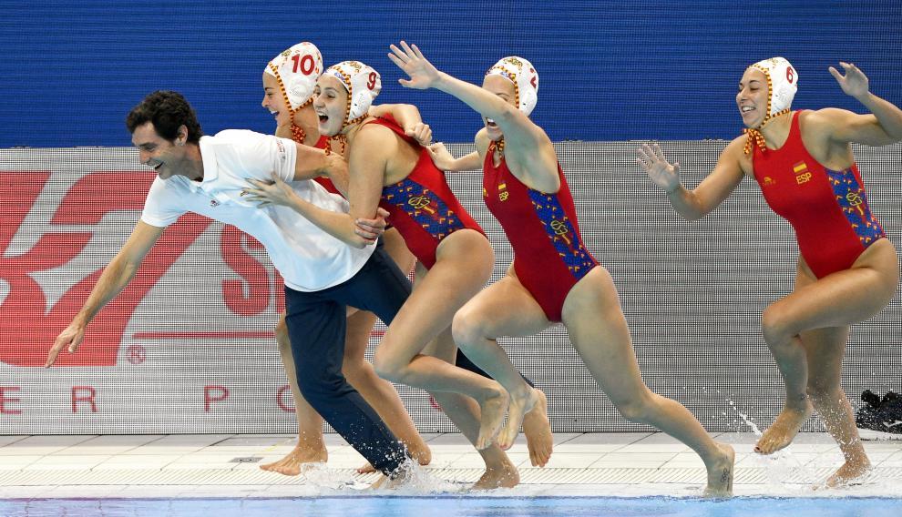 Miki Oca celebra con sus jugadoras el triunfo de España en la final del Europeo ante Rusia