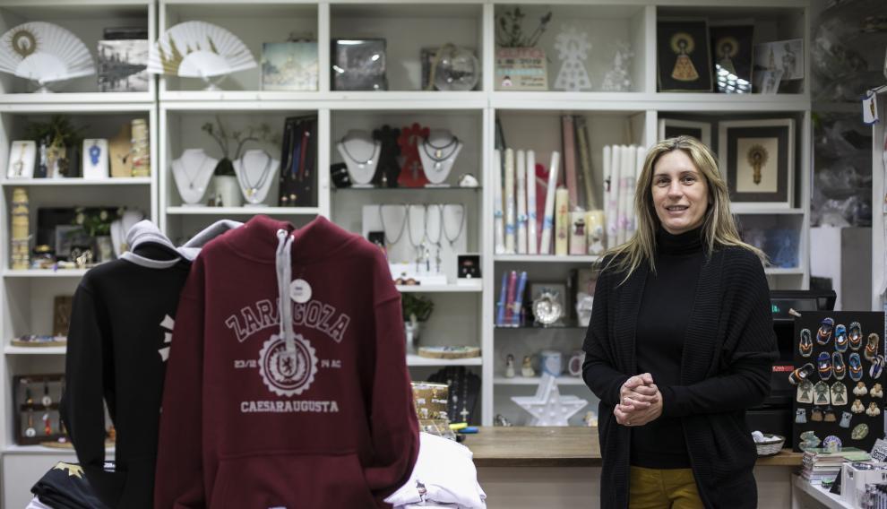 Cristina Martínez, dueña de la tienda 'Zaragoza Olé' de la plaza del Pilar.