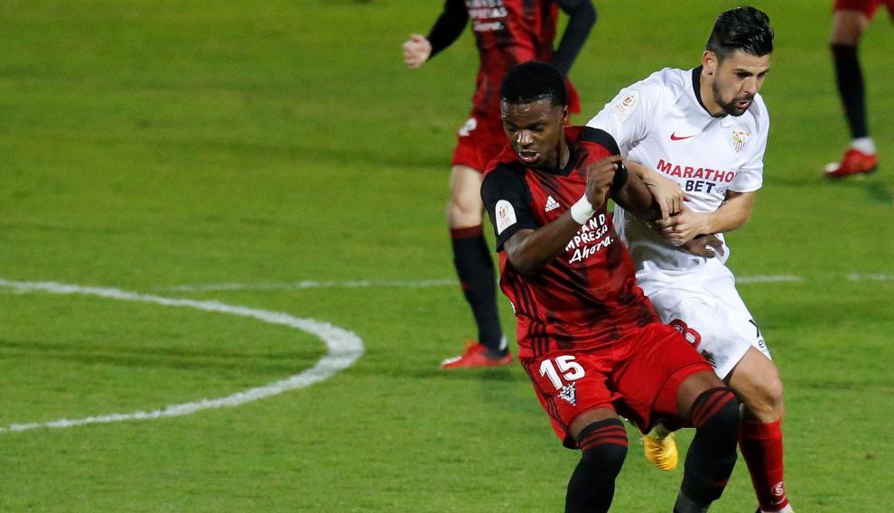 El centrocampista del Mirandés Mickael Malsa (i) pelea un balón con Escudero, del Sevilla,