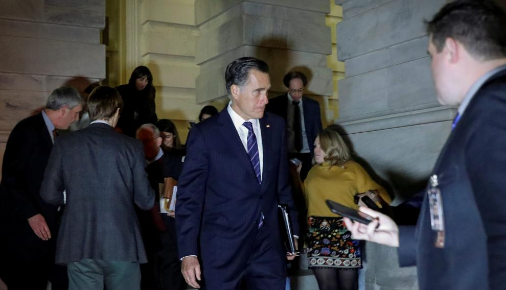 U.S. Senator Mitt Romney (R-UT) exits the Trump impeachment trial in Washington, U.S., January 30, 2020. REUTERS/Brendan McDermid [[[REUTERS VOCENTO]]] USA-TRUMP/IMPEACHMENT