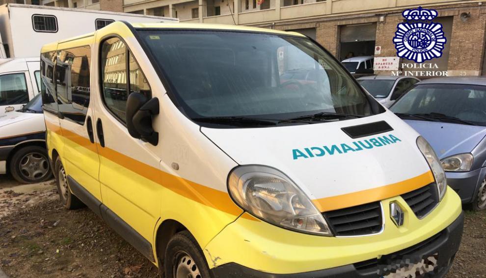 Ambulancia que utilizaron los ladrones para robar las puertas de la obra.