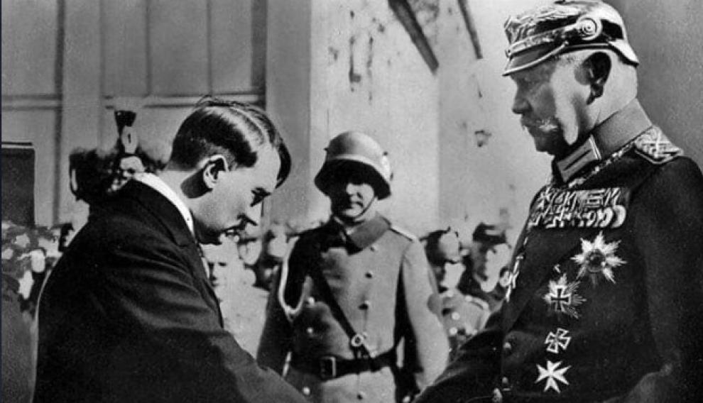 Paul von Hindenburg felicita a Hitler por su llegada a la Cancillería, en 1933.