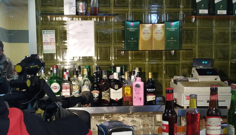 Impacto de bala en la pared, junto a la máquina registradora, en el bar El Cubetazo de Zaragoza