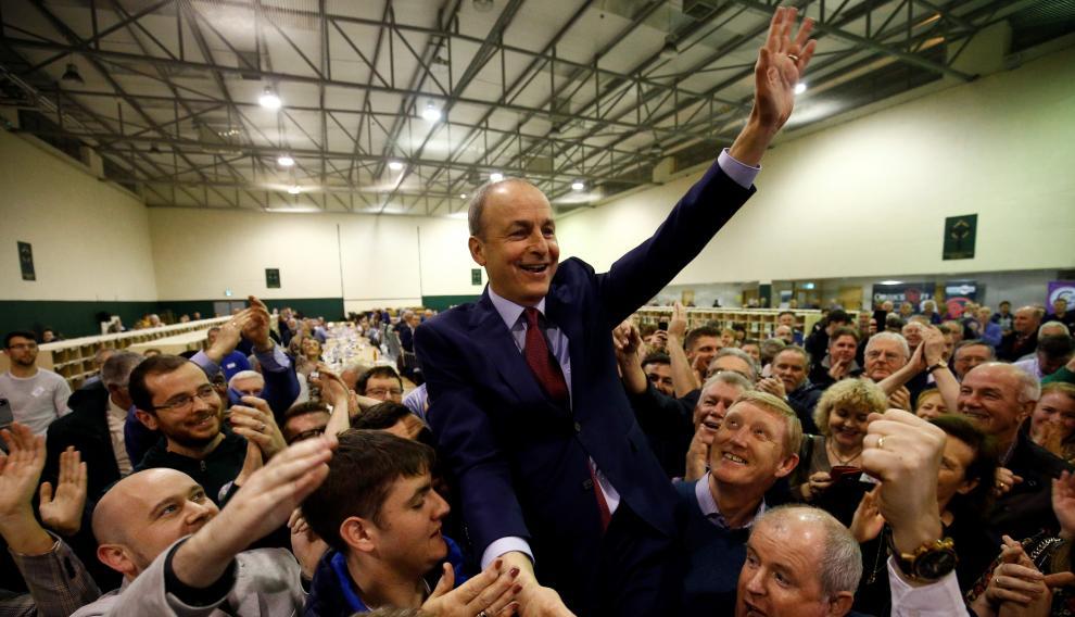 El líder de Fianna Fail, Micheal Martin, celebra los resultados de la votación, en un centro de recuento en Cork