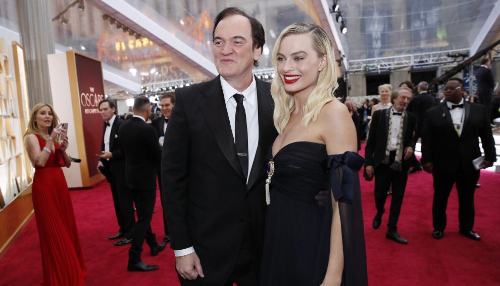 Margot Robbie, con Quentin Tarantino, luciendo un Chanel de los años 80.