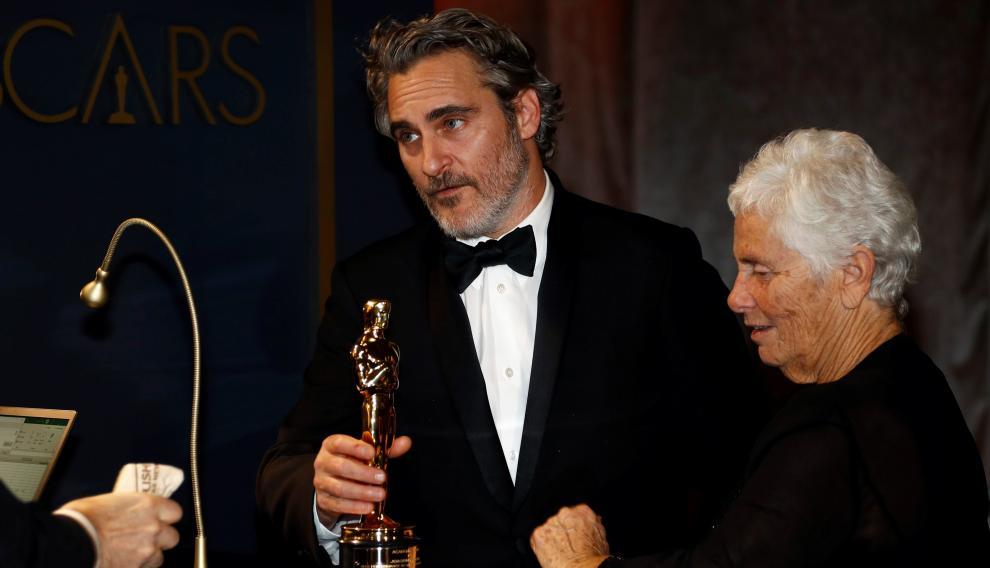 Phoenix, ya con su Óscar como mejor actor, acompañado de su madre Arlyn Phoenix