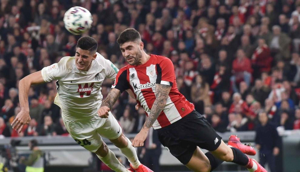 Acción del partido entre el Athletic y el Granada.