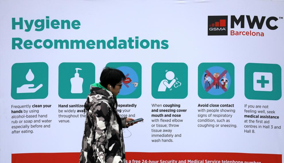 An employee walks past a banner of MWC20 (Mobile World Congress) in Barcelona, Spain February 12, 2020. REUTERS/Nacho Doce [[[REUTERS VOCENTO]]] CHINA-HEALTH/MOBILEWORLD