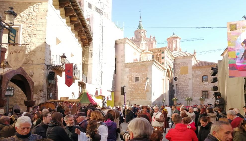 Ambiente en las calles de Teruel, momentos antes de que comience la boda de Isabel de Segura.