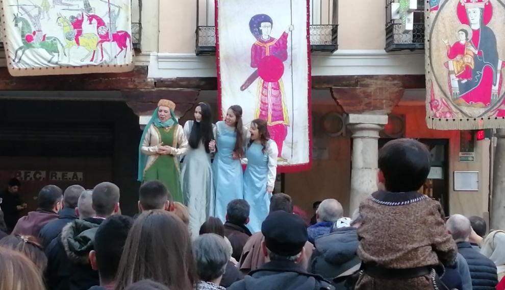 Las damas de Bearn, en la plaza del Torico