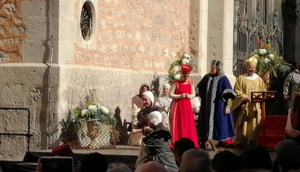 Los guardias se llevan al hermano de Diego de Marcilla, el caballero al que Isabel había prometido su amor.