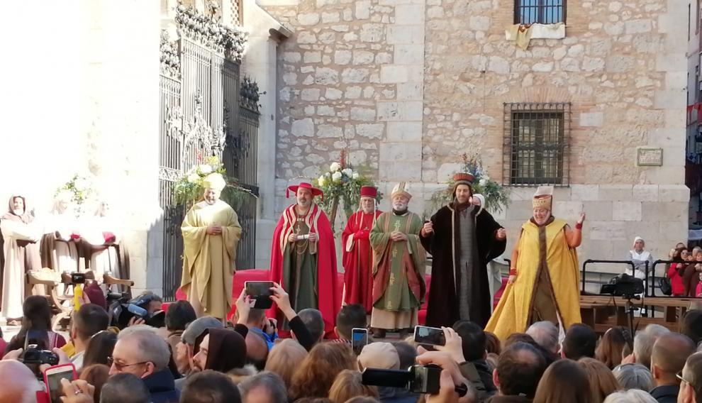 Los invitados comienzan a llegar. El hermano y la cuñada de don Pedro de Azagra dan la bienvenida a todos ellos.
