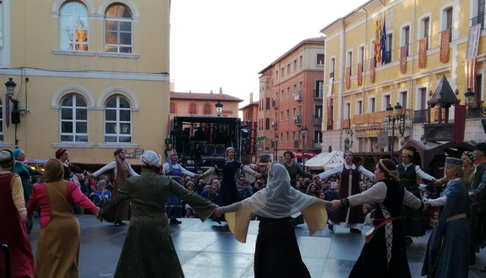 Manfredina y los Alarifes de San Martín bailan sus danzas.