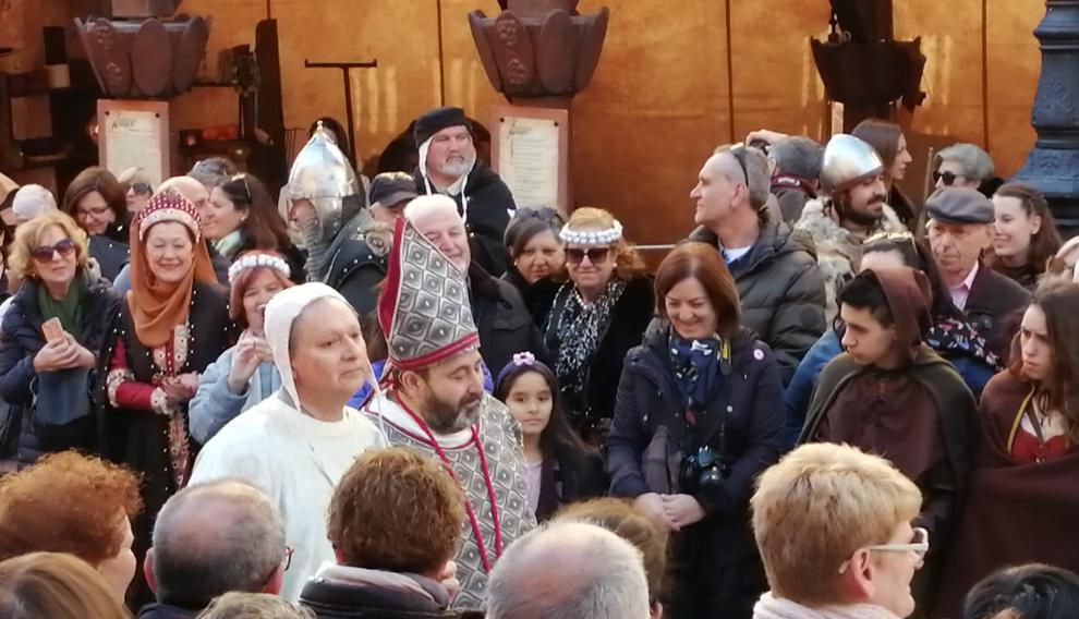 Por fin aparece el Obispo de Albarracín. Invitados y familiares le esperaban angustiados. Se ha retrasado por un problema de salud que no hace público, solo lo cuchichea.