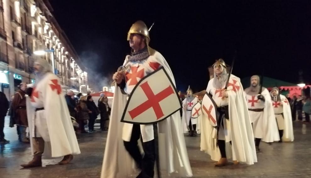 Una larga comitiva acompaña al monarca en su llegada a Teruel