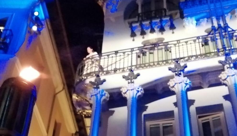 Isabel de Segura sale al balcón.