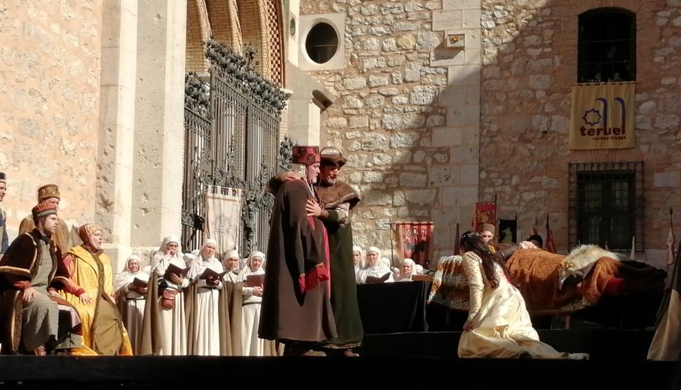 Isabel de Segura se acerca a besar a Diego de Marcilla