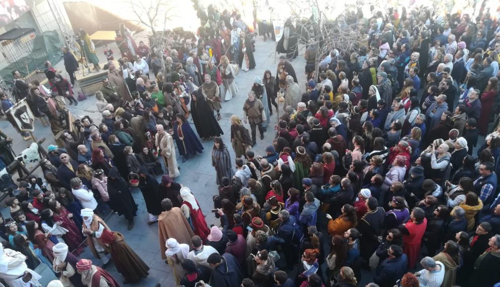 La gente espera en la plaza del Seminario la llegada de los cuerpos de Isabel y Diego