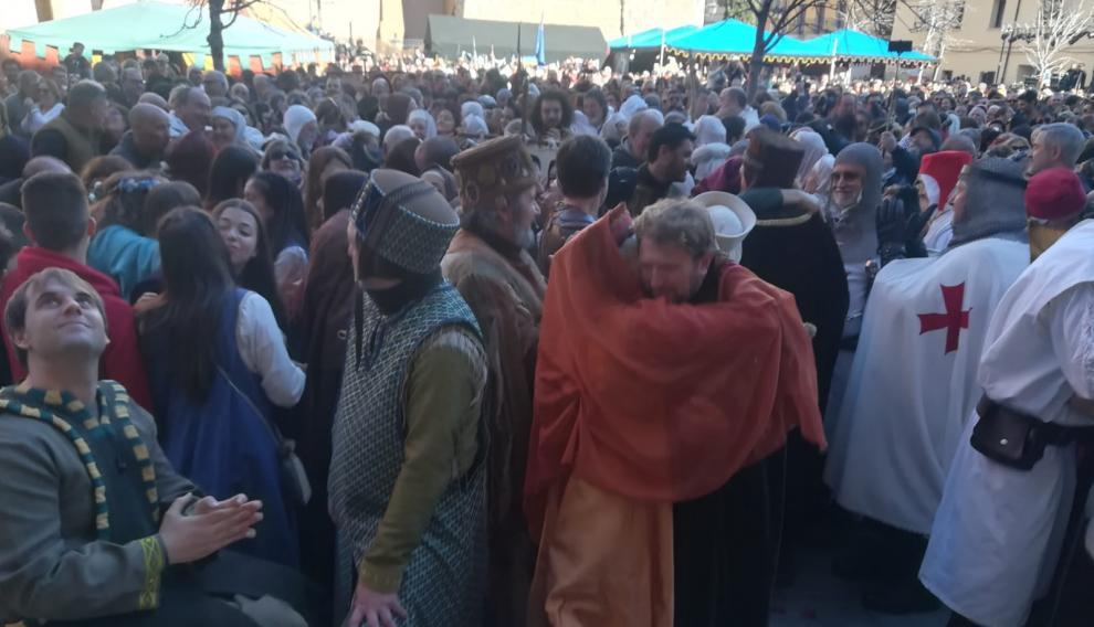 La gente se besa en la plaza del Seminario