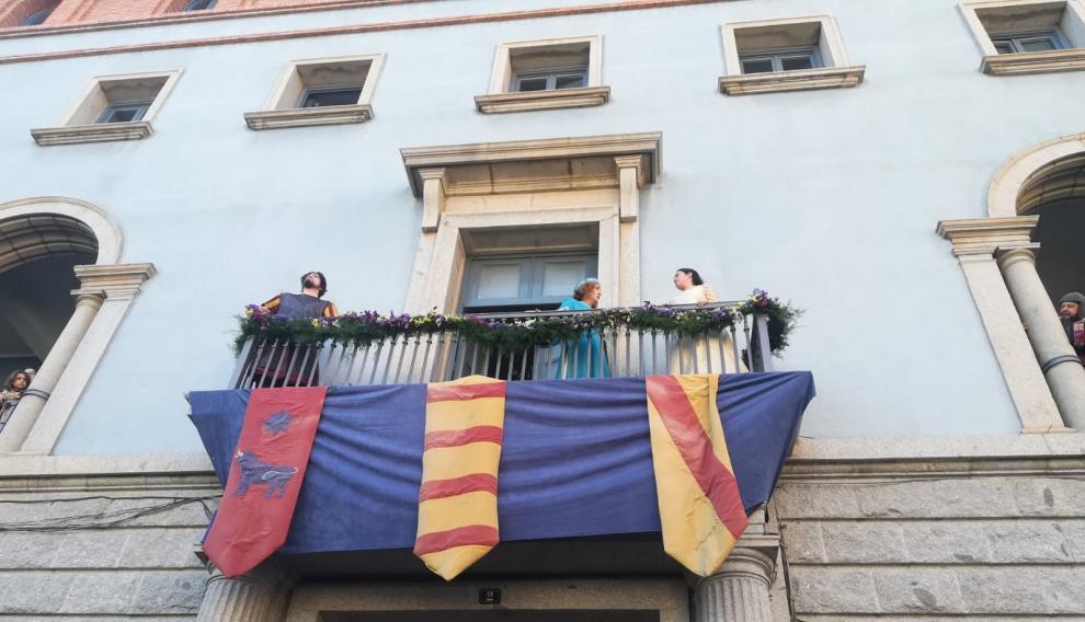Los amantes, en el balcón, junto a la cantante Mari Carmen Torres