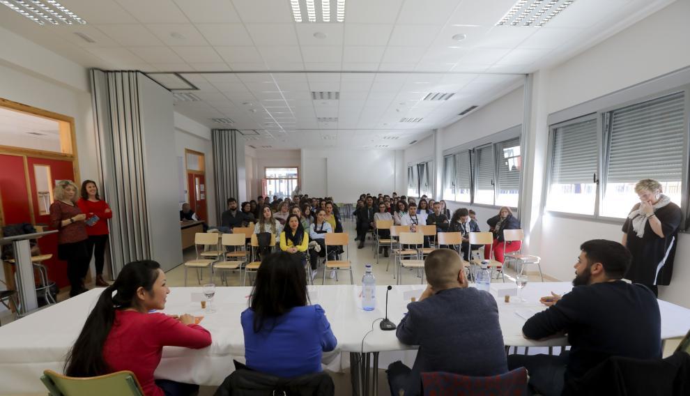 Asistentes a la charla de los cuatro exalumnos en el salón de actos.