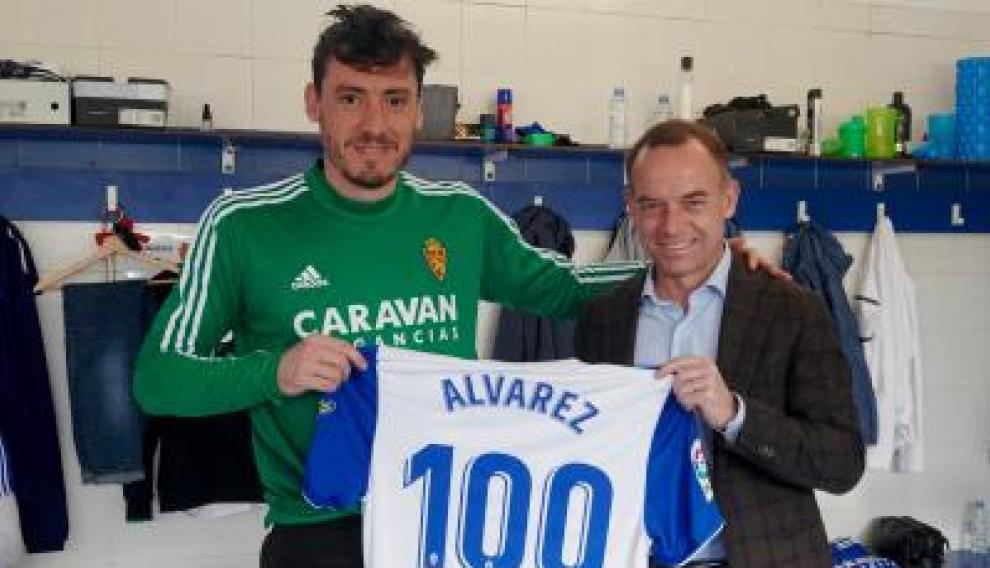 El portero Cristian Álvarez y el presidente del Real Zaragoza Christian Lapetra