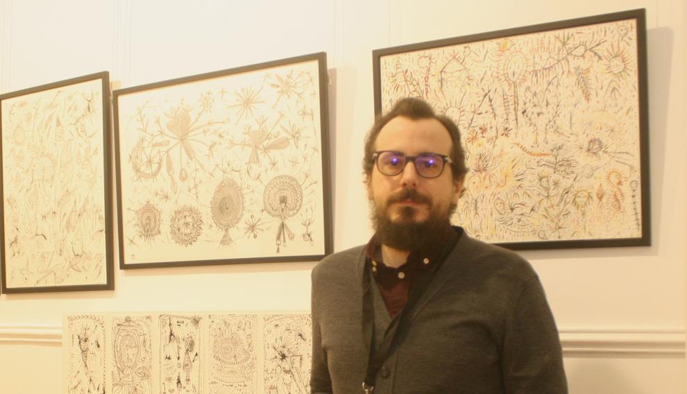 Joseba Acha, de La Carbonería, ante la obra del oscense Jorge Vicén en Drawing Room