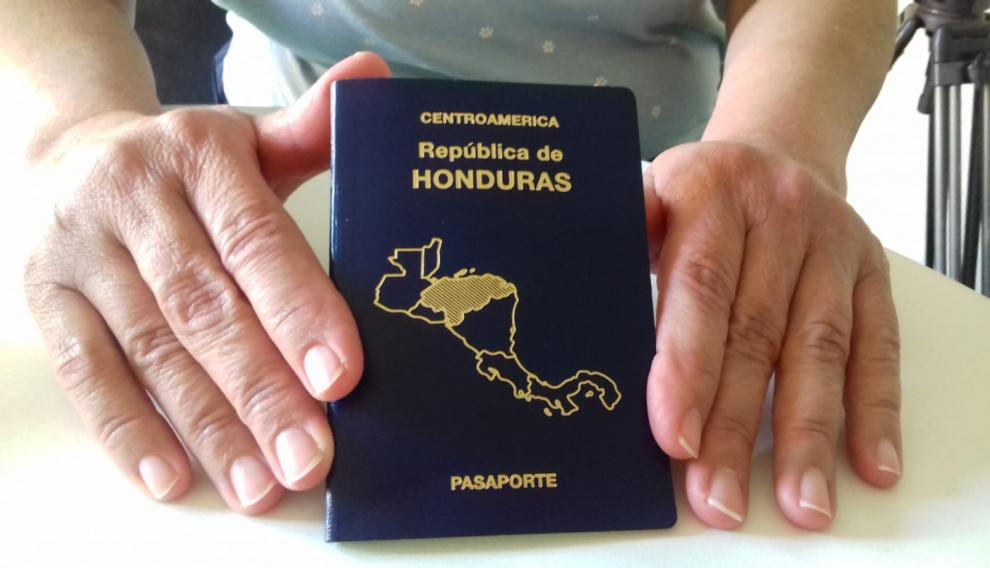 Barahona muestra su pasaporte de Honduras.