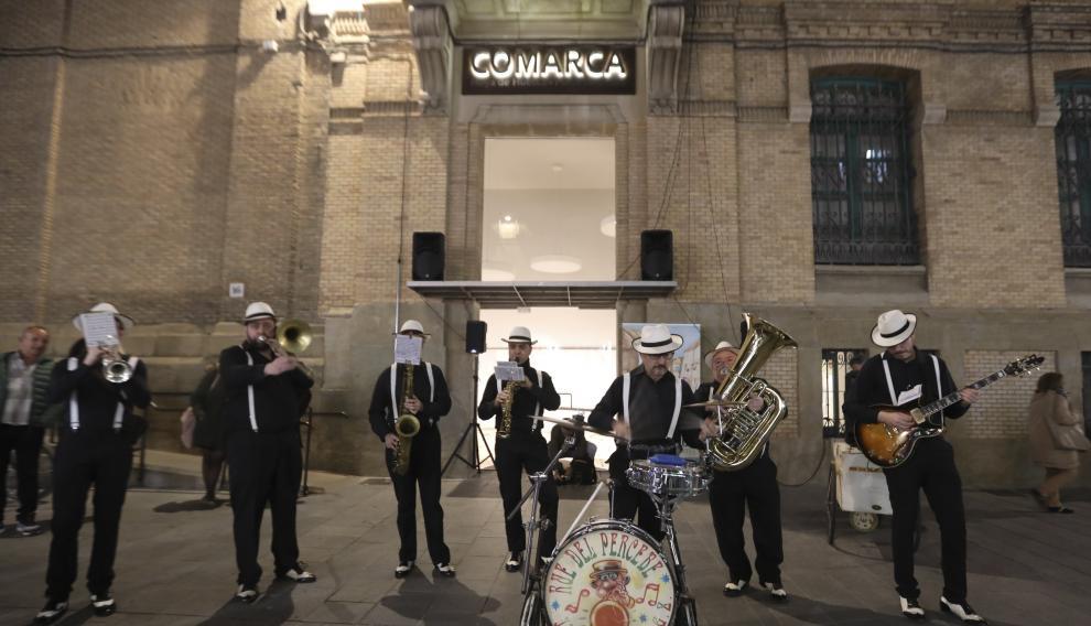 La banda Dixie Rue del Percebe ha actuado a las puertas de la nueva sede de la Comarca de la Hoya de Huesca.