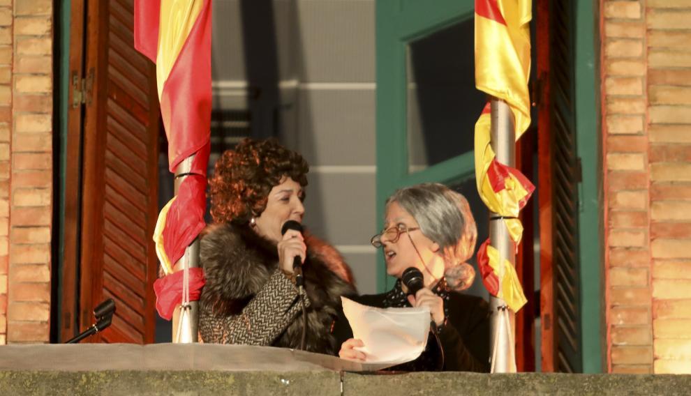 Las Yayas de Cosecha, derrochando humor desde el balcón de la nueve sede de la Comarca de la Hoya de Huesca.