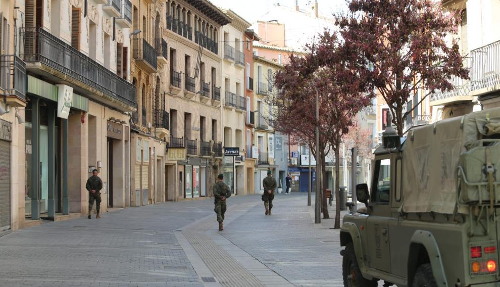 Militares del Regimiento Galicia 64 han vuelto a patrullas este sábado las calles de Huesca.