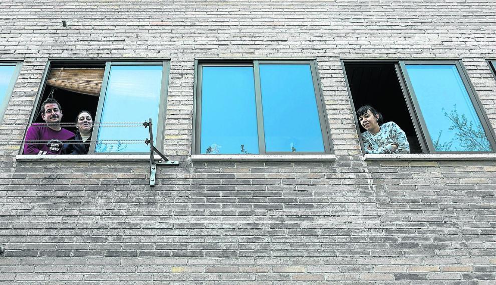 Daniel Utrilla, Susana Westeryer y Sandra Fernández, posando desde la ventana.