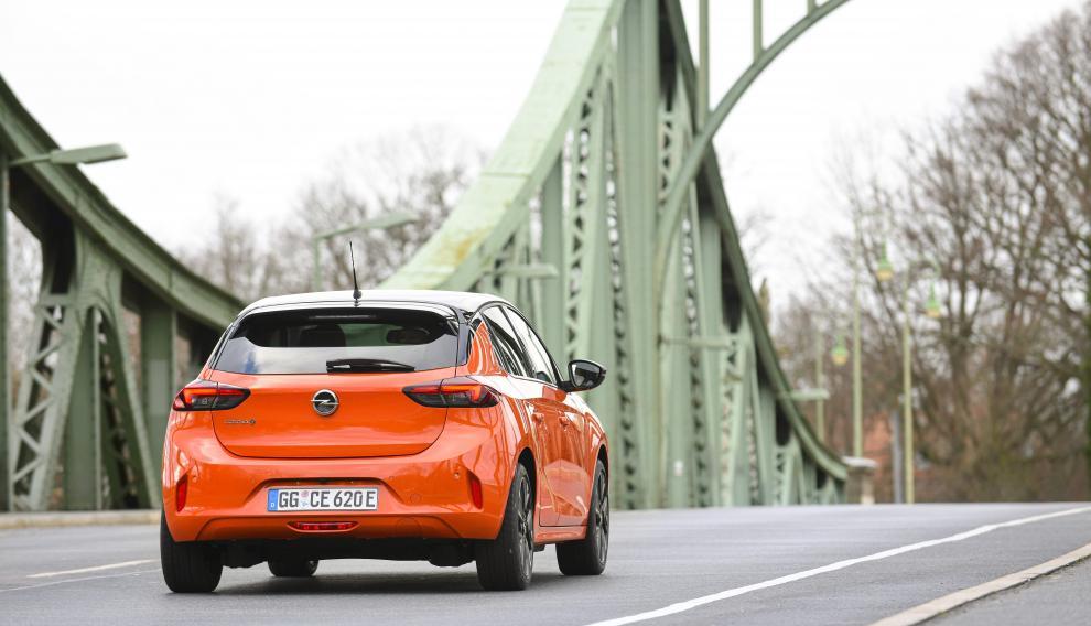 Opel Corsa-e, en el puente de los espías, donde Spielberg rodó su película homónima