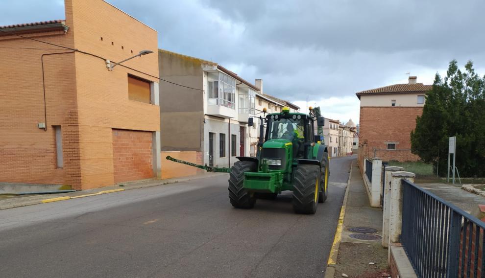 Un agricultor desinfecta las calles de Alfambra con su tractor