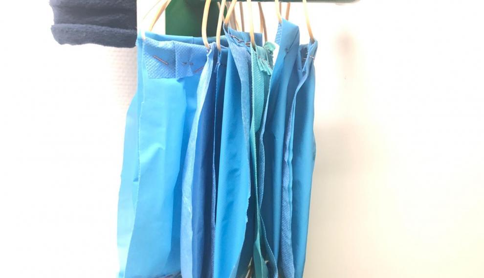 Mascarillas 'caseras' de Urgencias de San Jorge hechas con tela de quirófano, gomas y grapas.