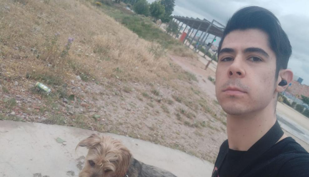 Álvaro Lasarte, de 18 años, este domingo con su perra, Tuca.