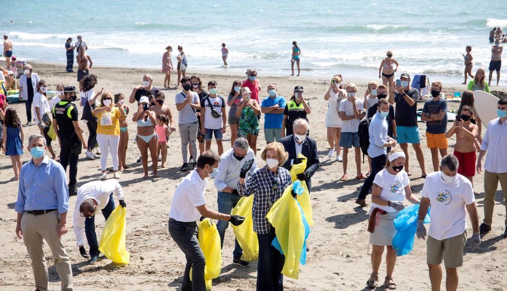 La reina Sofía participa en la limpieza de la playa del Rincón de La Victoria en Málaga