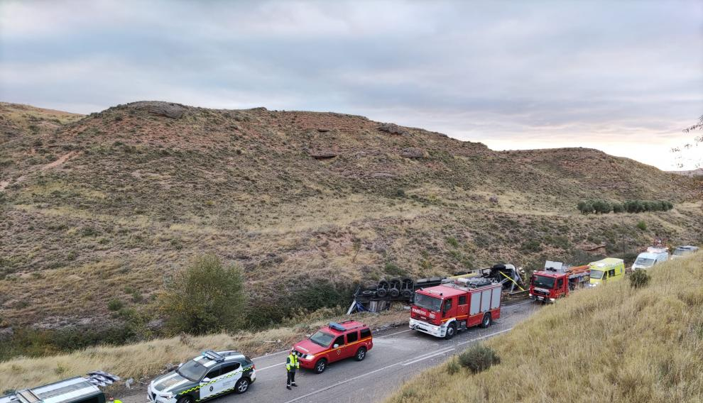 Muere un camionero al salirse de la vía y volcar en la N-122 en Torrellas (Zaragoza)