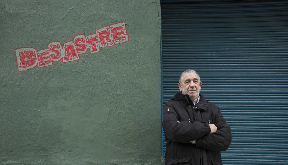 Valentín Martín es el propietario del Pub Desastre en el barrio de Moncasi de Zaragoza.