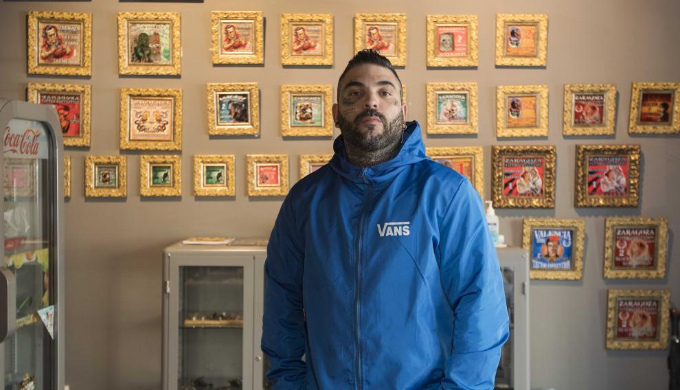 Luis Clares es el propietario de Imperium Tattoo y de Traditional Barbershop.